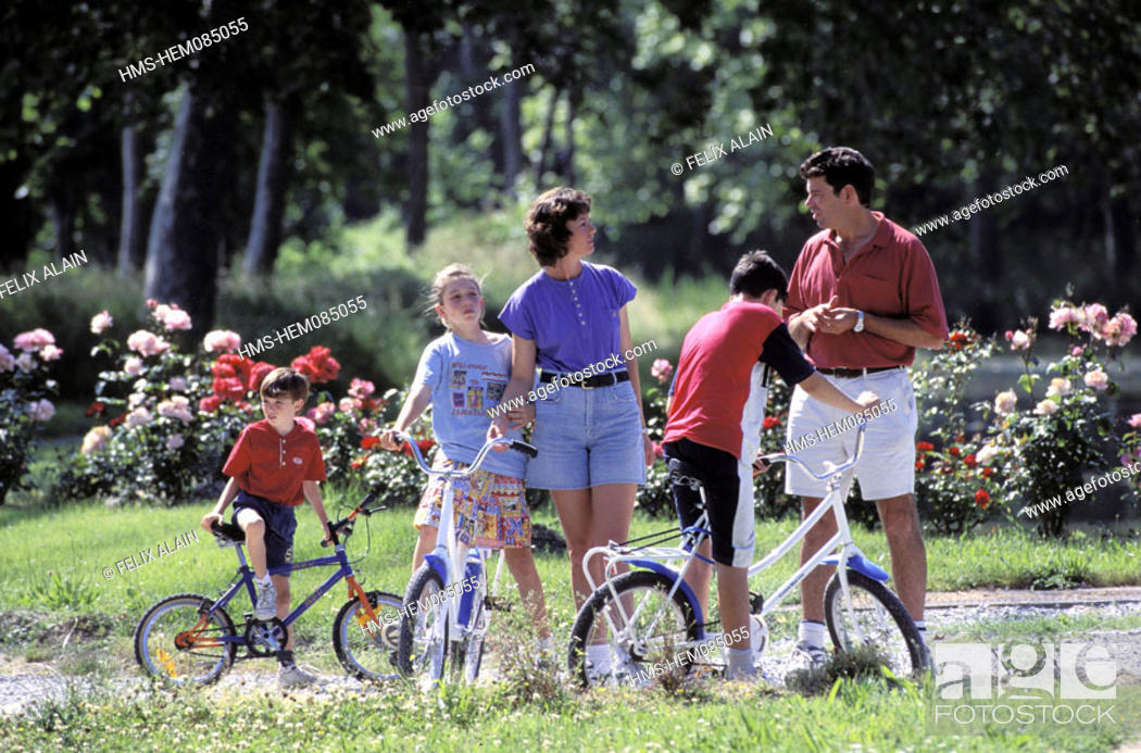 Stock Photo: France, Aude (11), Le Canal du Midi, family near a lock.