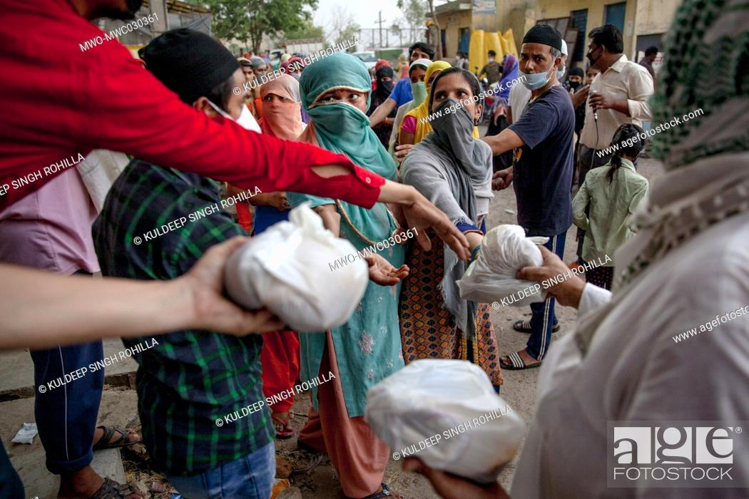 Imagen: Indian Muslims distribute food to the poor and needy in Mustafabad area which was recently affected by riots, as the country relaxed its lockdown restriction on.