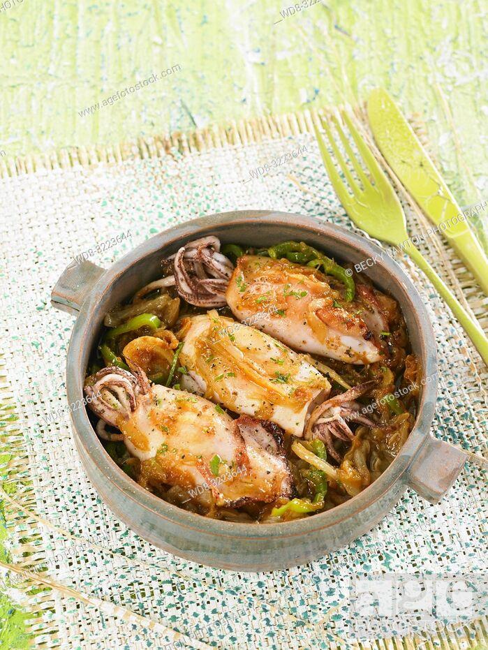 Photo de stock: calamares con cebolla y pimientos / squid with onions and peppers.