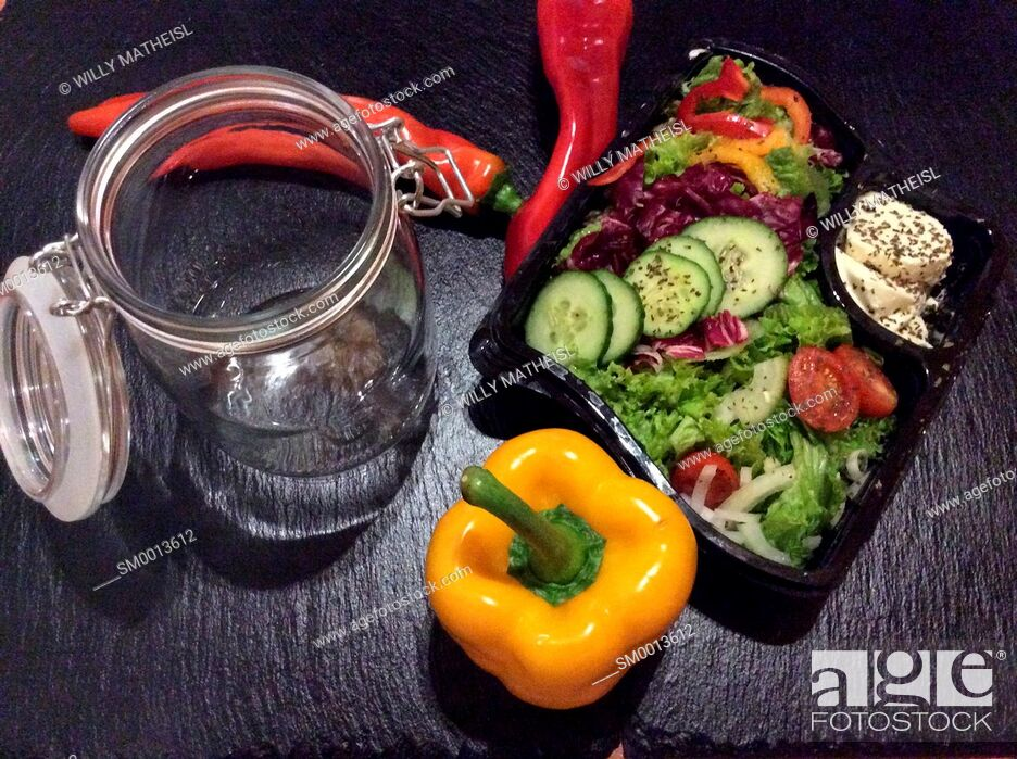 Imagen: Salad in a jar. A quick and portable healthy lunch in the go.