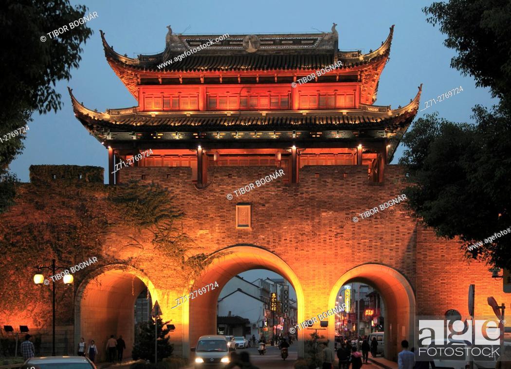 Imagen: China, Jiangsu, Suzhou, Shantang Old Town, Chang Gate, night, .