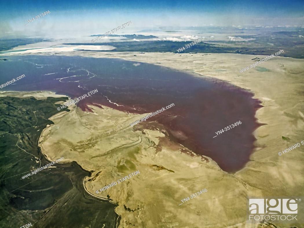Imagen: An aerial veiw of a portion of the Great Salt Lake in Utah. Color in the water is caused by algae.