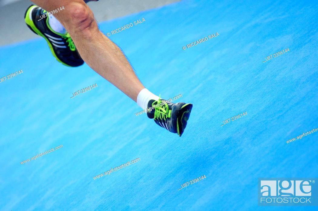 Imagen: Close up of Running Feet.