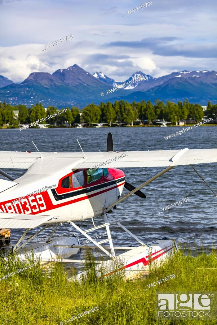 Imagen: Seaplane or floatplane at Lake Hood Seaplane Base the world's busiest seaplane base located in Acnhorage Alaska.