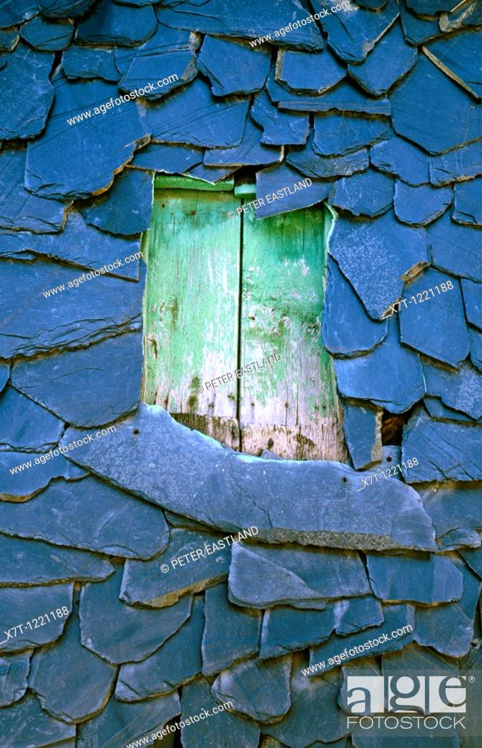 Imagen: A slate roof with shuttered window, in the Sierra de Ancares near Penoselo, north of Villafranca del Bierzo, Leon province, Northern Spain.