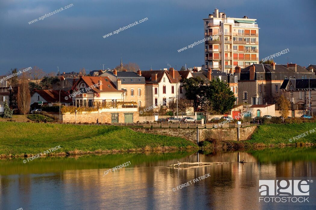 Stock Photo: LEFT BANK OF THE ALLIER RIVER IN THE CITY OF MOULINS-SUR-ALLIER, (03) ALLIER, AUVERGNE, FRANCE.