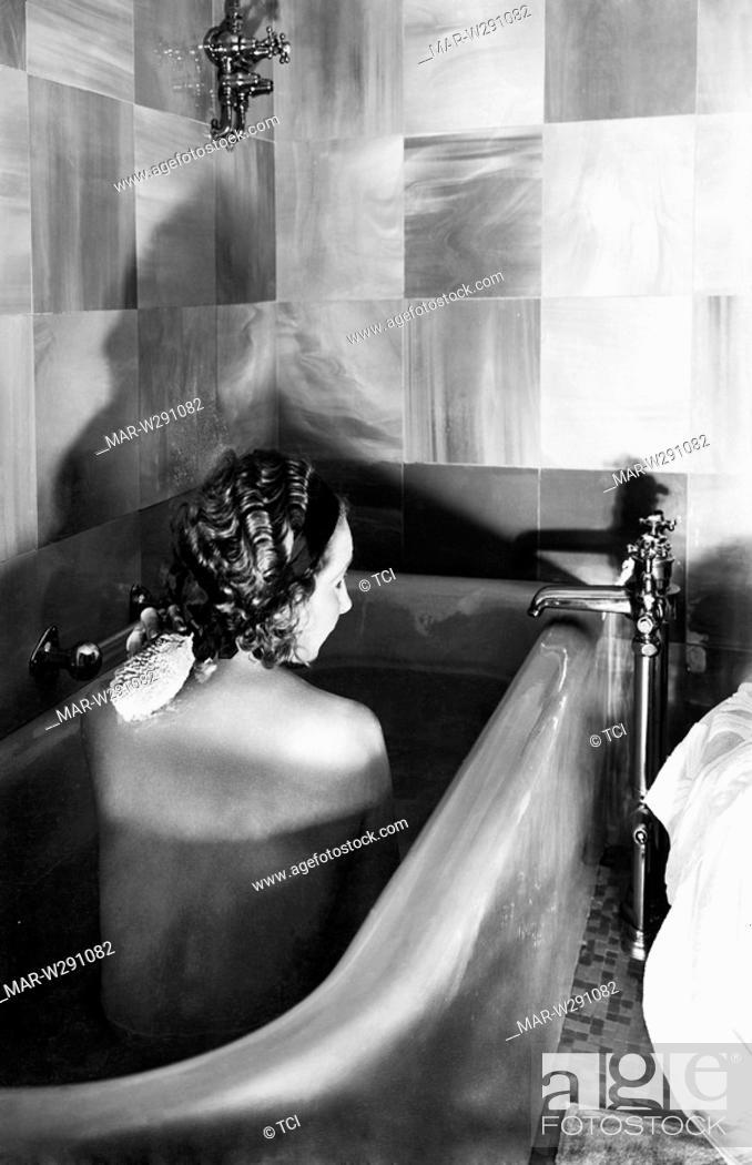 Donna Nella Vasca Da Bagno Di Un Appartamento Di Lusso Della Motonave Victoria 1930 Stock Photo Picture And Rights Managed Image Pic Mar W291082 Agefotostock