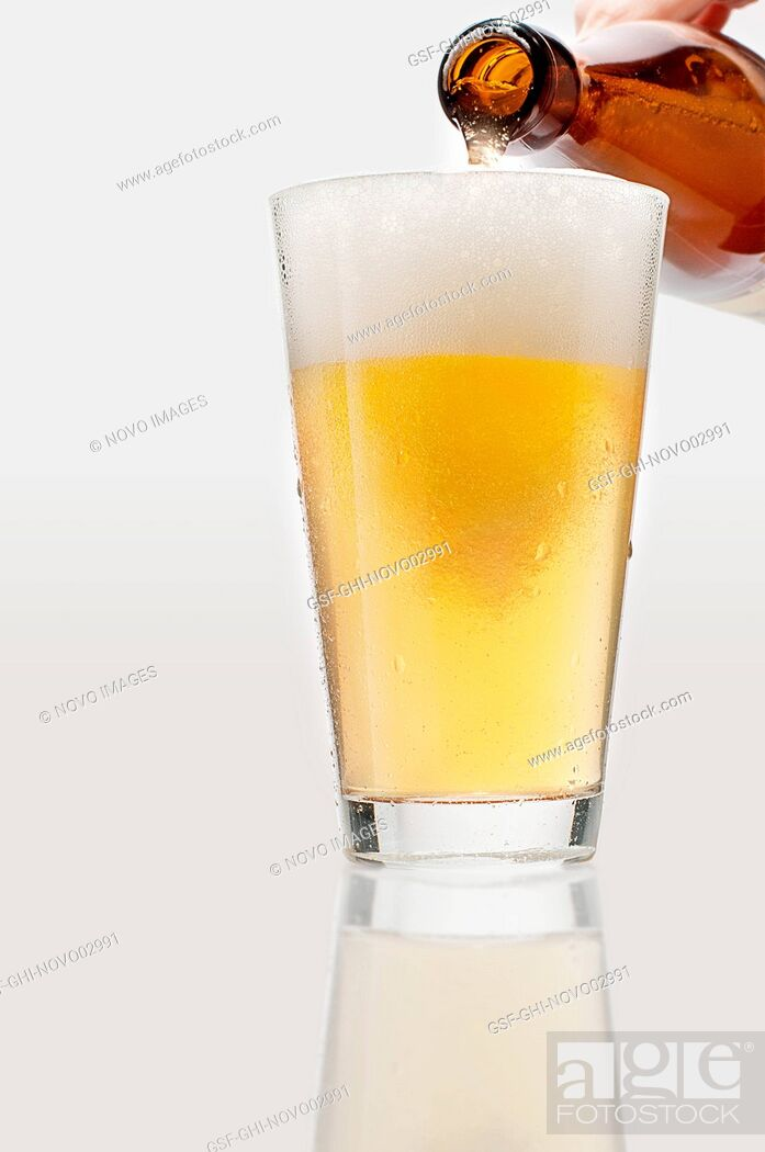 Imagen: Man Pouring lager Beer into Glass, Close-Up.