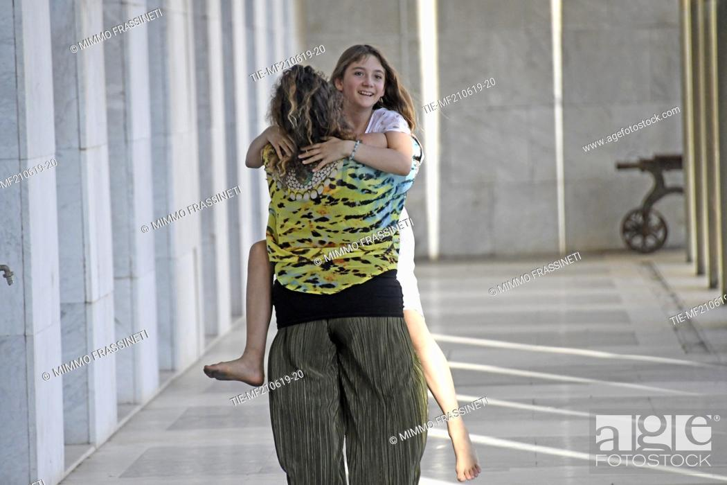 Imagen: Australian young painter (12 years old ) Aelita Andre with the mom Nika at the Museum of Civiltà in Rome ,ITALY-20-06-2019.