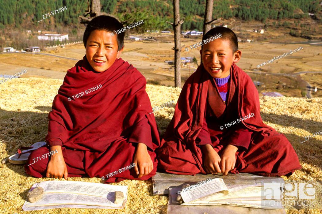 Photo de stock: Young Buddhist monks studying the scriptures. Thimpu. Bhutan.