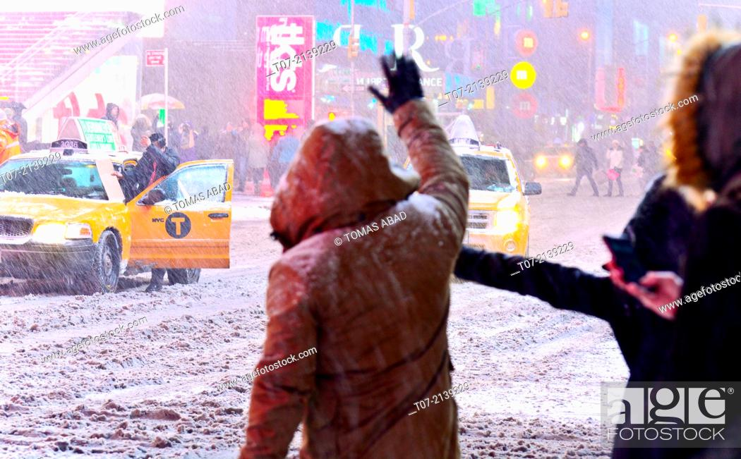 Imagen: Times Square during January 2, 2014 winter storm, 42nd Street vicinity, Times Square, Midtown Manhattan, New York City, USA.