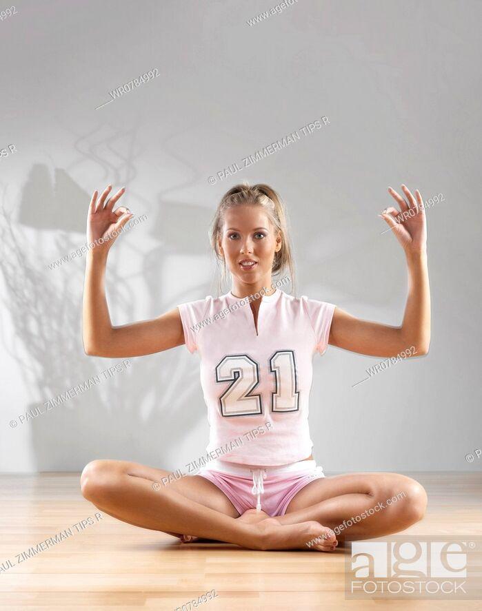 Imagen: Woman doing yoga.