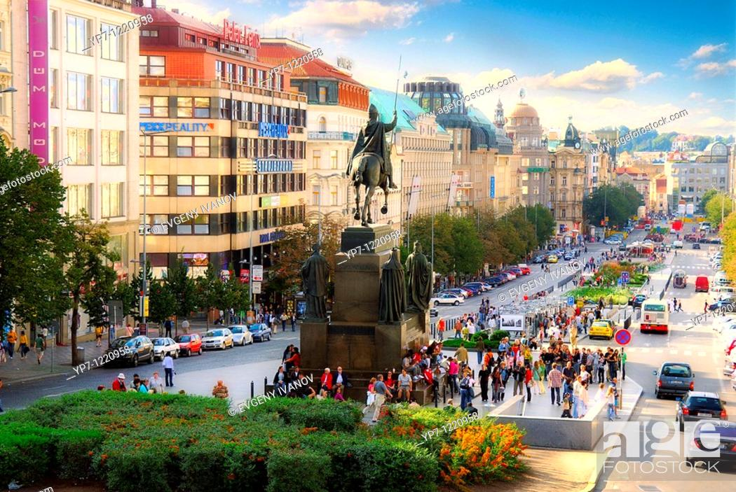 Imagen: Wenceslas Square and monument to St  Vaclav in Prague, Czech Republic.