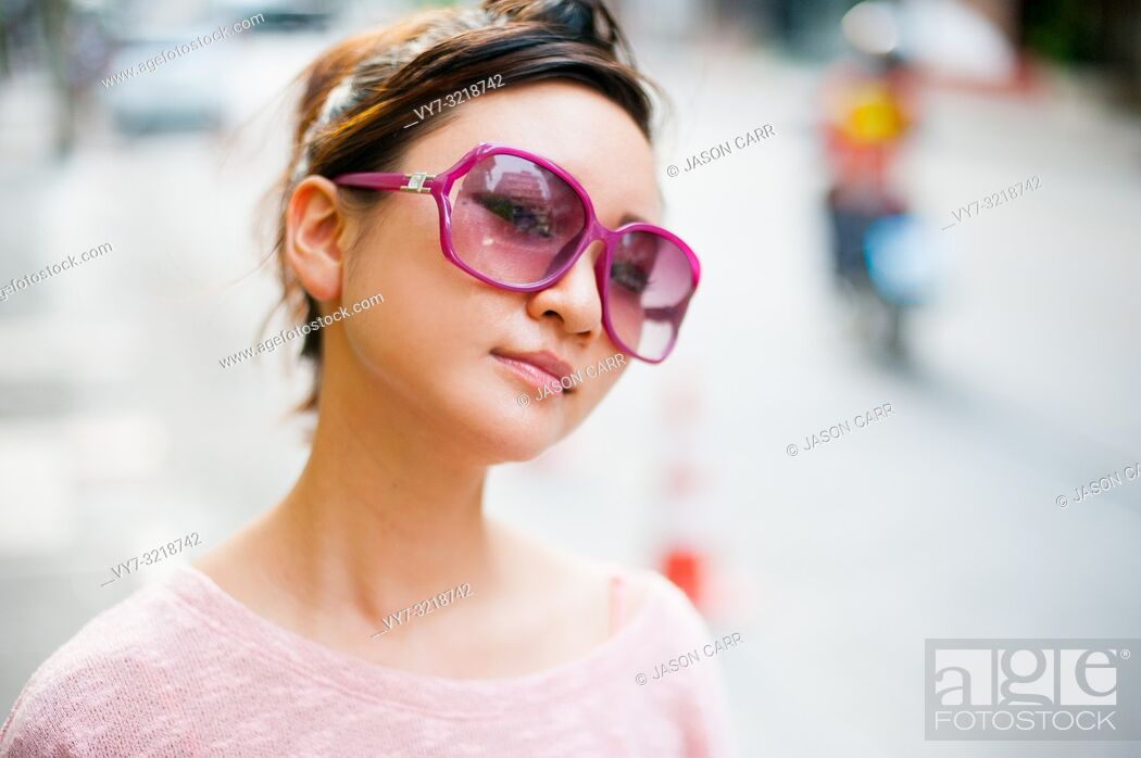 Imagen: Japanese girl poses for pictures in Bangkok, Thailand.