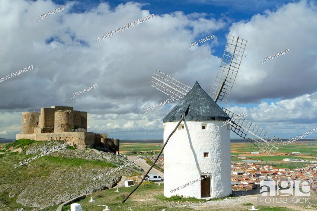 Imagen: Typical windmill and castle in Consuegra village, in the Route of Don Qiuijote, Toledo province, Castilla-La Mancha, Spain.