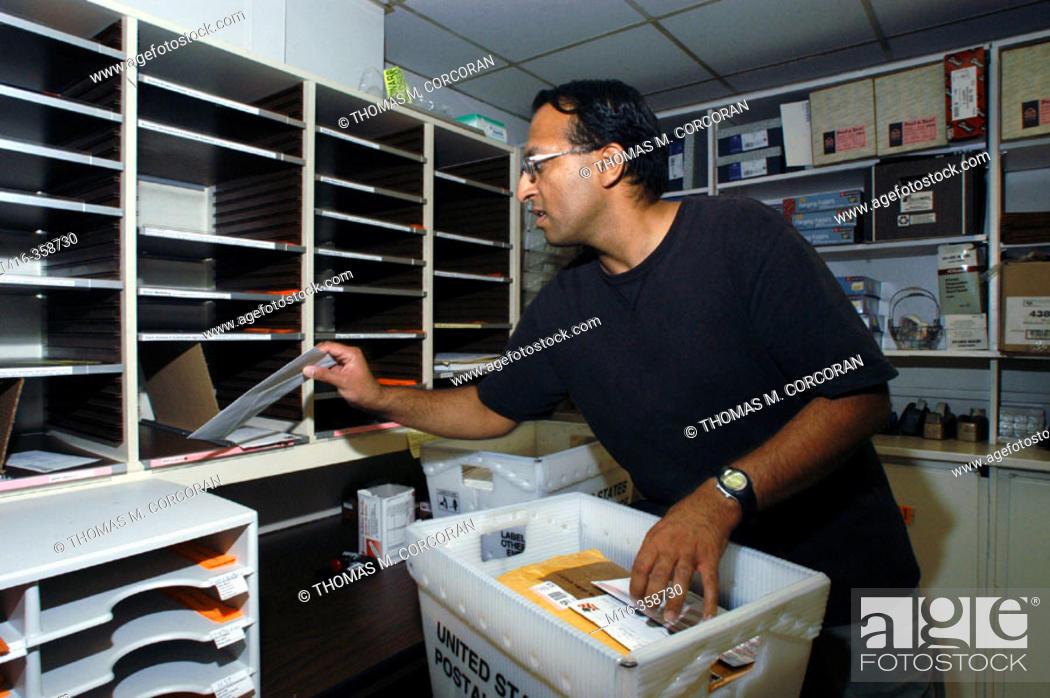 Imagen: Mailroom sorting.