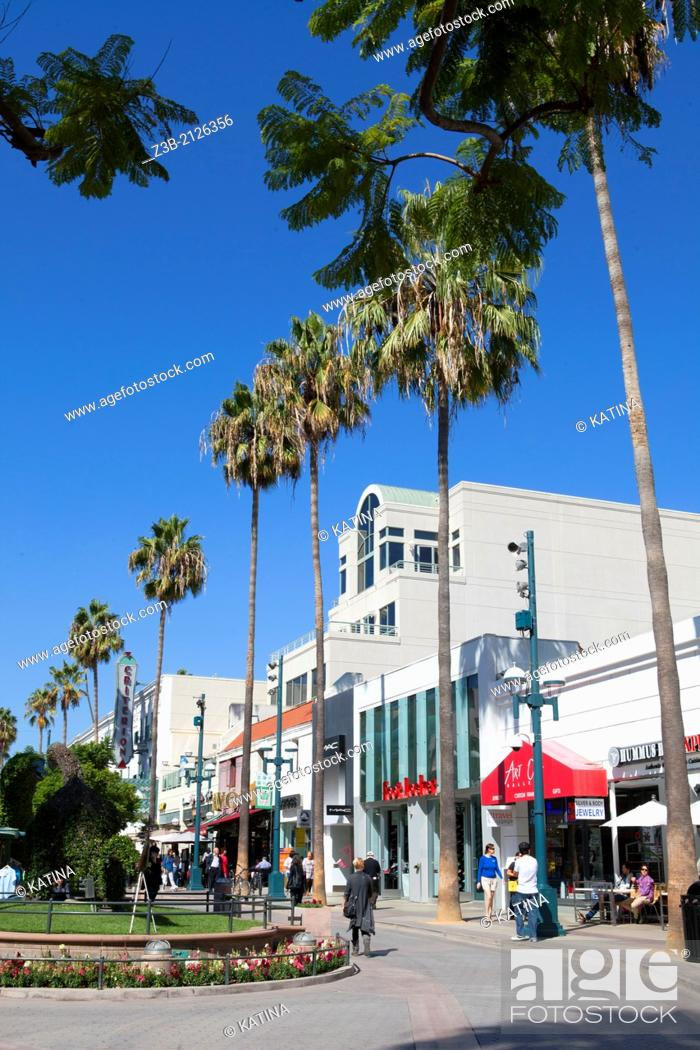 Imagen: Pedestrians enjoy a sunny afternoon under the palm trees on Third Street Promenade, Santa Monica, City of Los Angeles, California, USA.