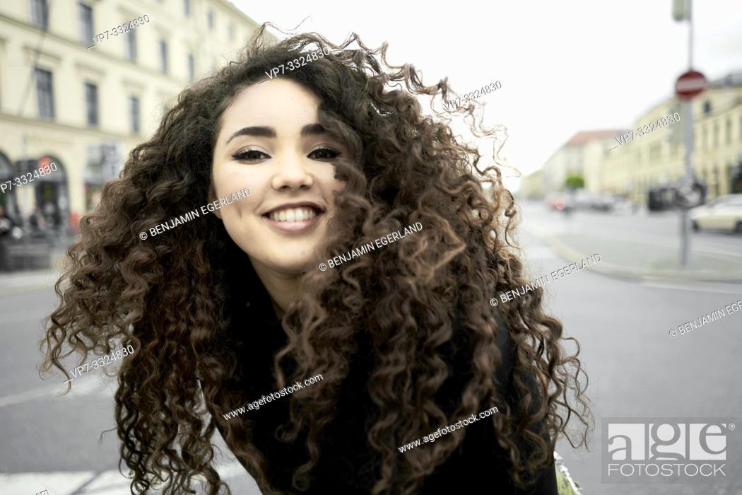 Photo de stock: smiling woman at street in city, in Munich, Germany.
