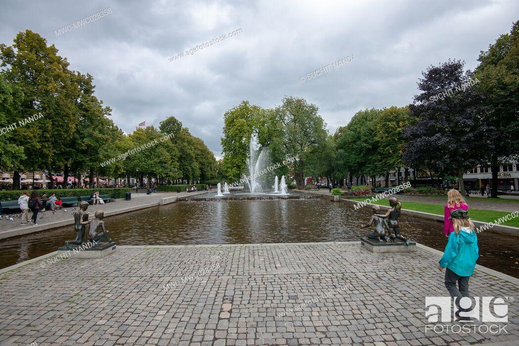 Imagen: Park and water fountatin near Statue of Henrik Wergeland, Stortingsgata, Oslo, Norway.