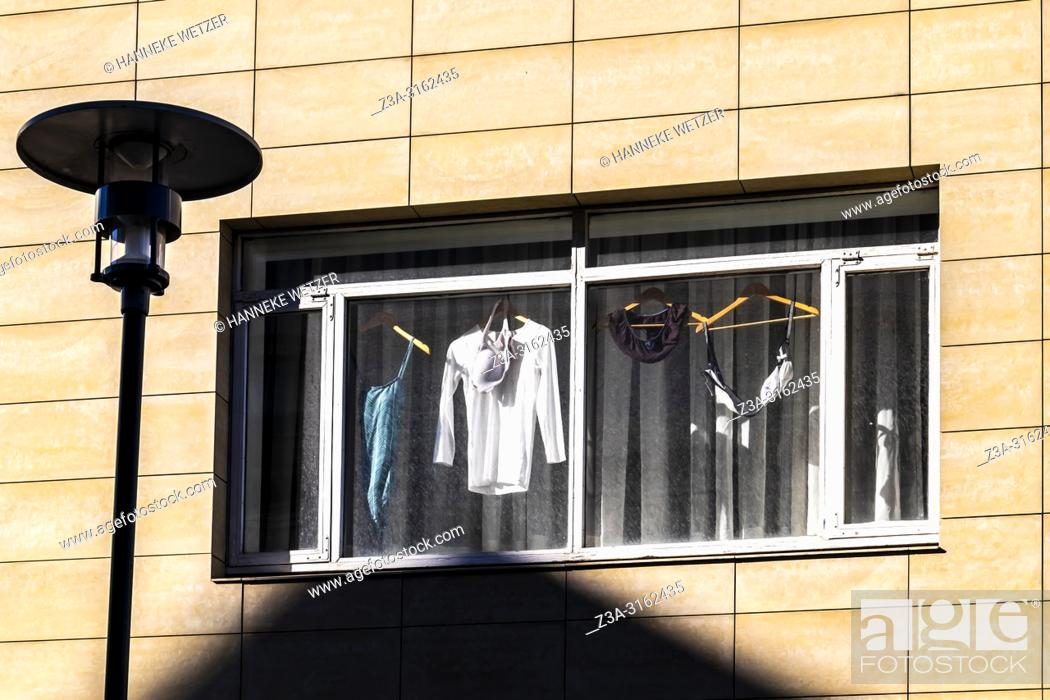Imagen: Laundry drying behind a window in Reykjavik city center, Iceland.