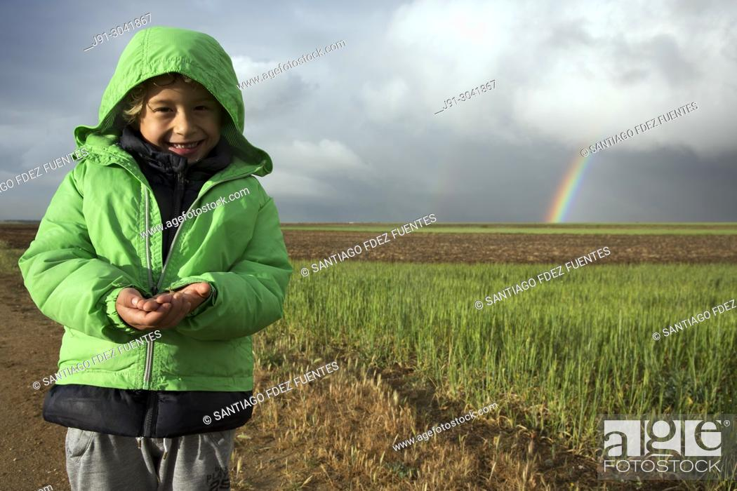 Photo de stock: Smiling kid holding bug. Paracuellos del Jarama, Madrid province, Spain.