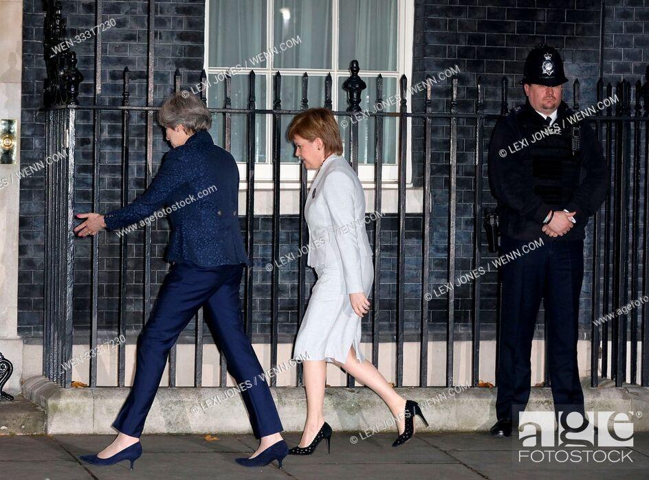 Imagen: Nicola Sturgeon at 10 Downing Street, London, UK Featuring: Theresa May, Nicola Sturgeon Where: London, United Kingdom When: 14 Nov 2017 Credit: Lexi Jones/WENN.