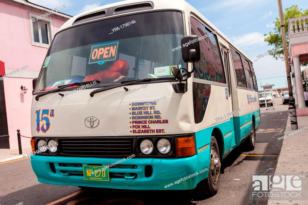 Imagen: A jitney bus waits for passengers in downtown Nassau, Bahamas.