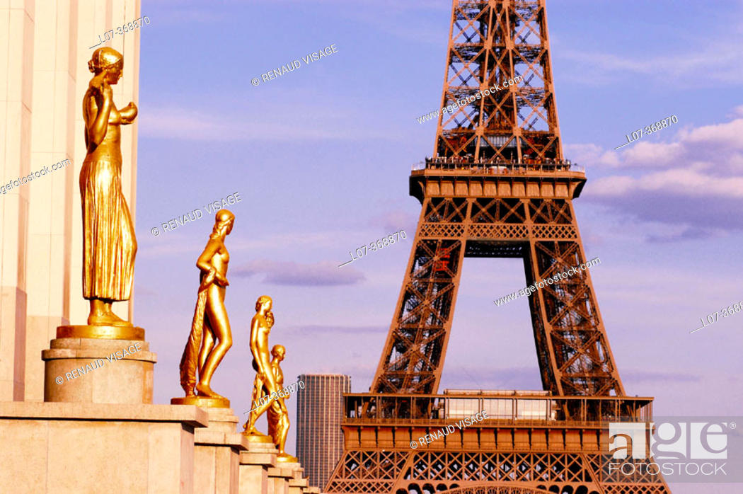 Stock Photo: Golden statues of the Palais of Chaillot after the 2004 renovation and the Eiffel Tower. Paris. France.