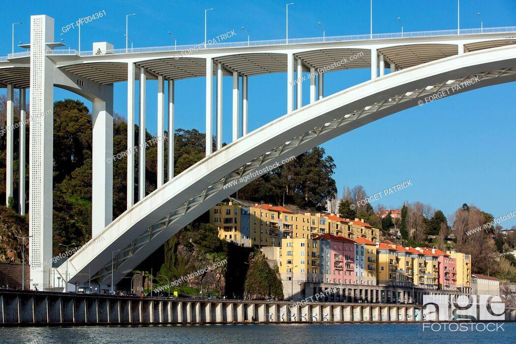 Stock Photo: PONTE DA ARRABIDA BRIDGE AND RUA DO OURO, A QUARTER IN THE CITY OF PORTO ON THE BANKS OF THE DOURO, PORTUGAL.