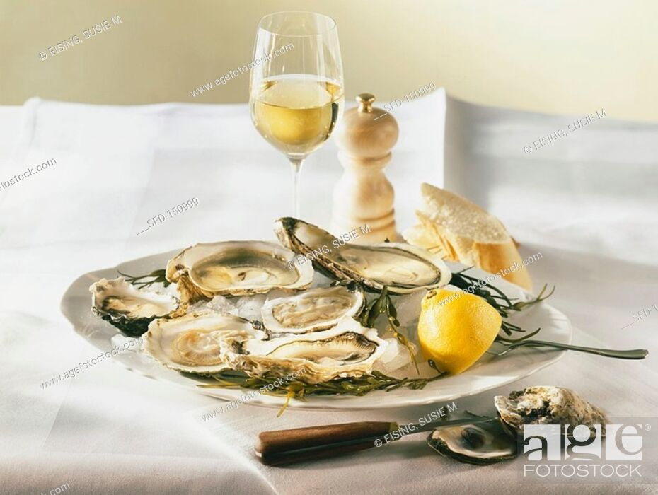 Photo de stock: A plate of oysters and lemon 1.