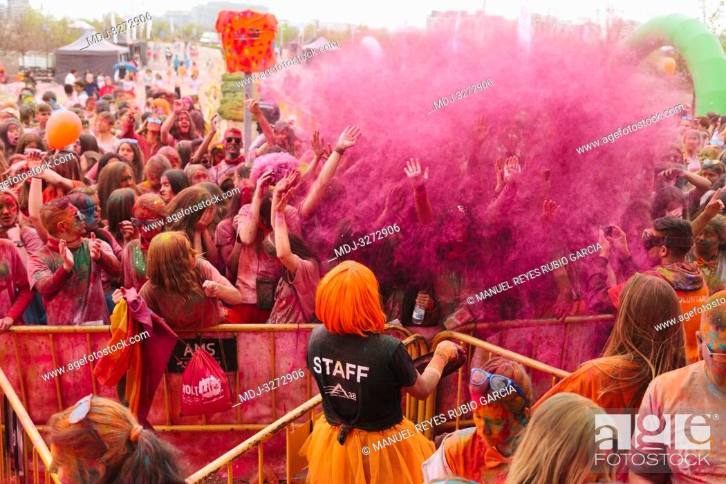 Imagen: Aliexpress, celebrating its 9th anniversary with a colorful holi run in Valdebebas, Madrid, Spain. There were more than 6000 participants.