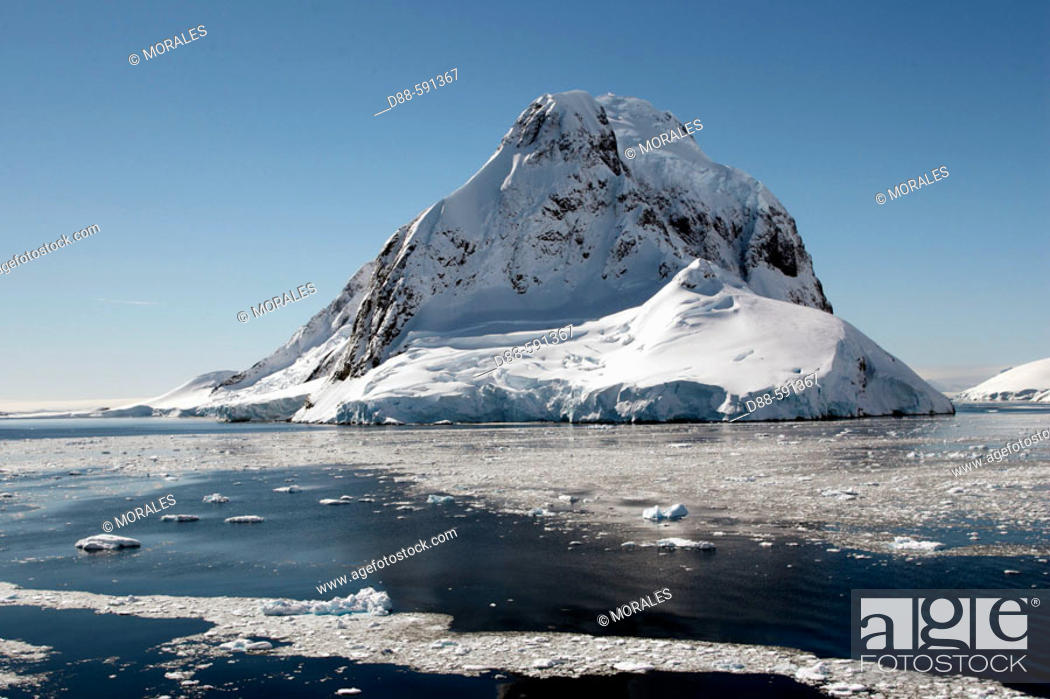 Imagen: Lemaire Channel with Petermann Island in the background. Antartic Peninsula.