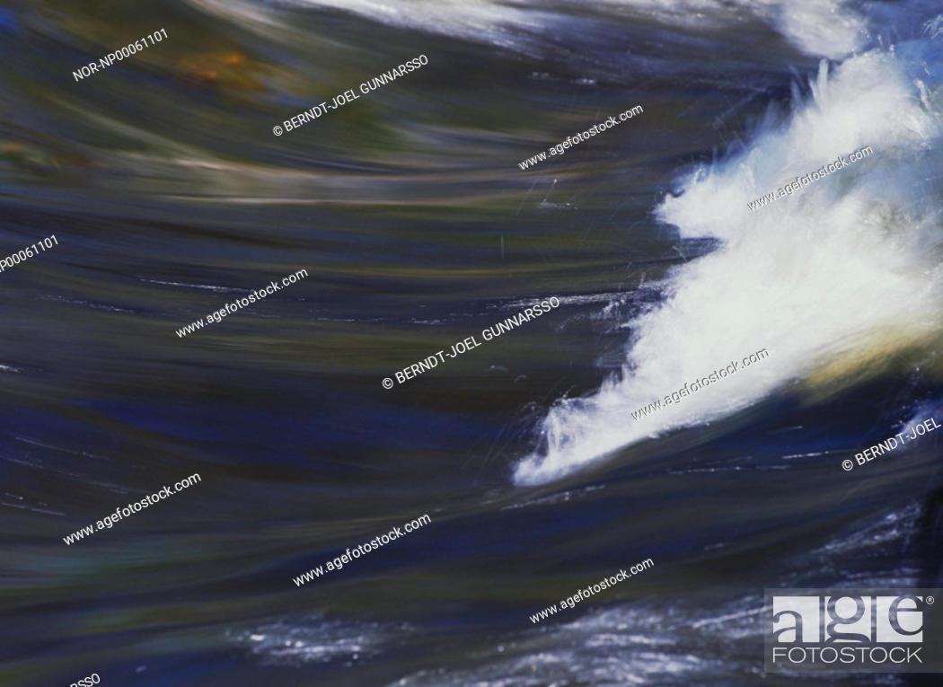Stock Photo: Strömmande vatten med reflex av himlen.