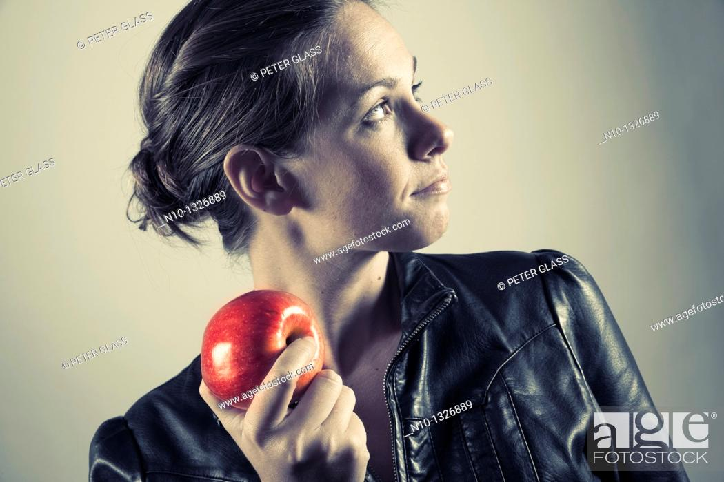 Imagen: Young woman holding an apple.