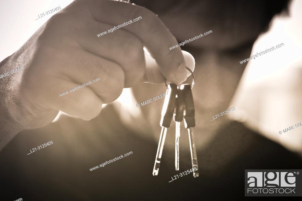 Imagen: Man holding keys.