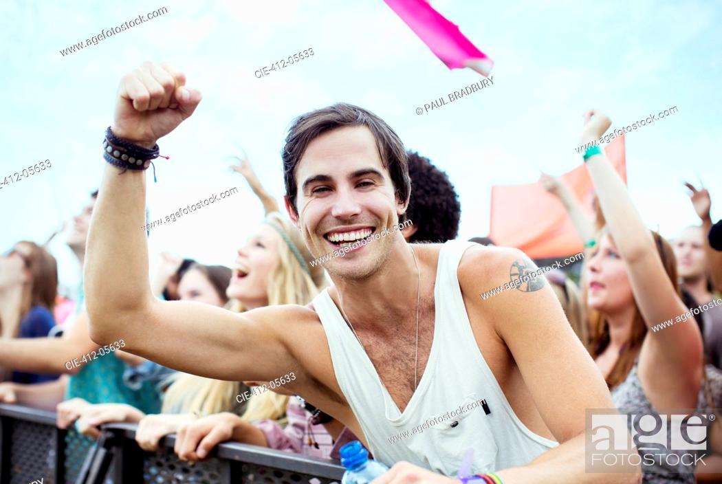 Imagen: Enthusiastic man cheering at music festival.