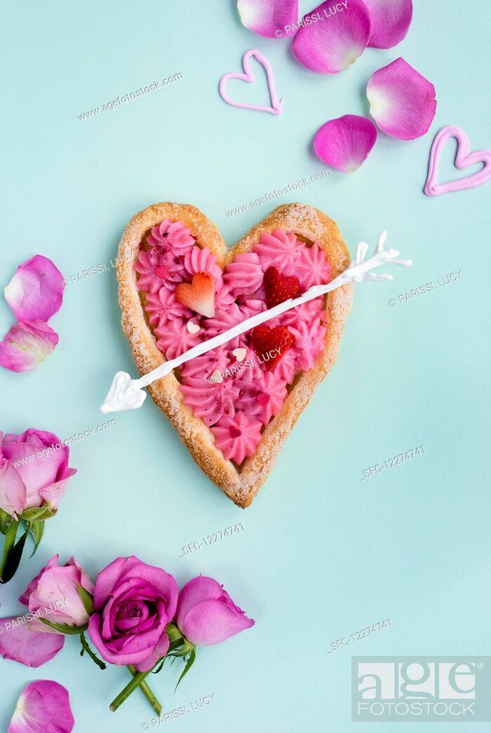 Imagen: Heart shaped puff pastry tart filled with rose pastry cream for Valentine's Day.