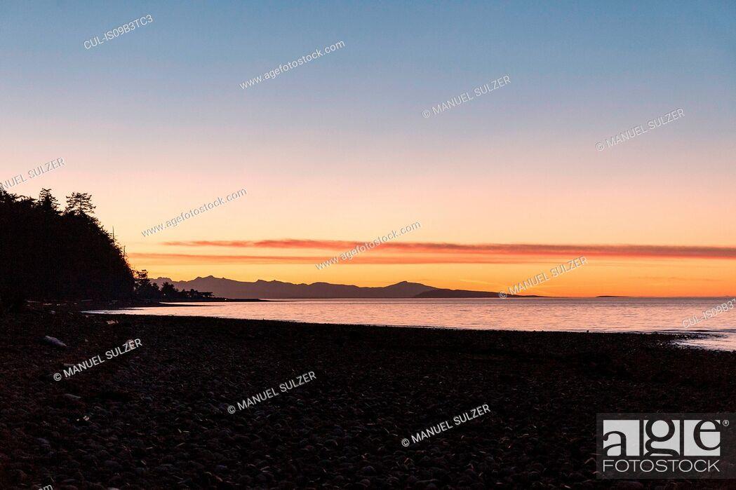 Photo de stock: Beach at sunset, Rathrevor Beach Provincial Park, Vancouver Island, British Columbia, Canada.