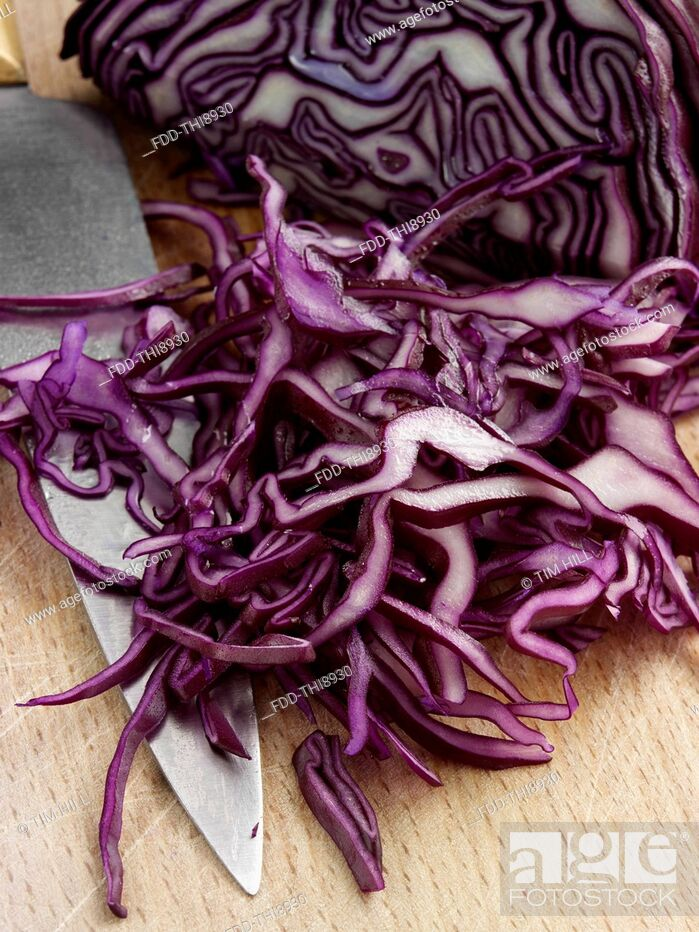 Imagen: Chopping raw red cabbage salad ingredients.