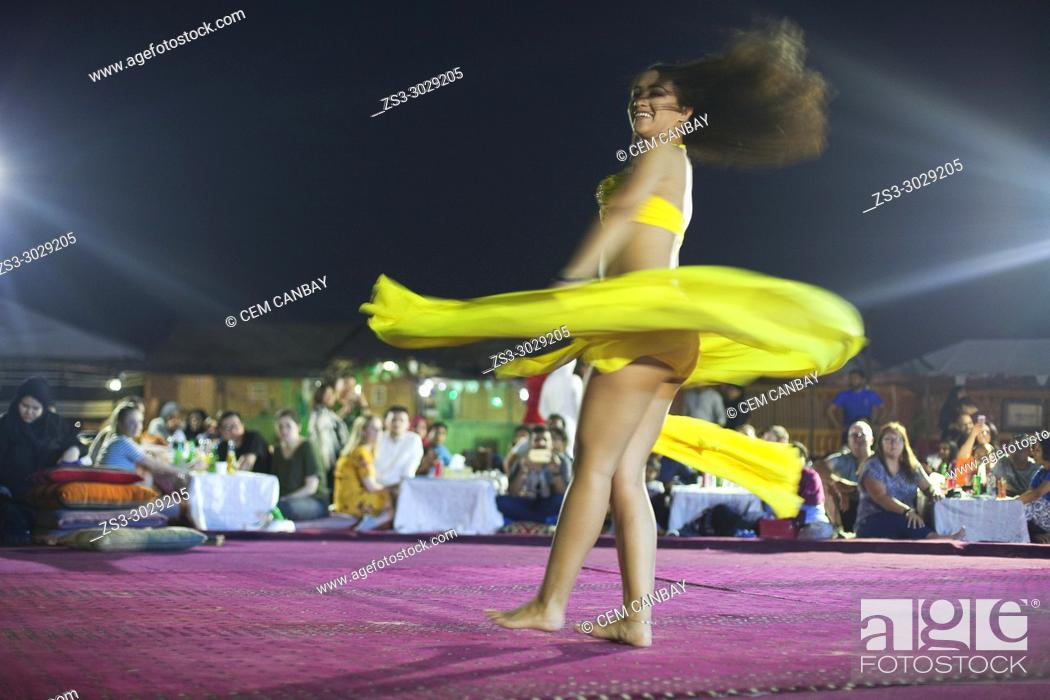 Imagen: Belly dancer performing a traditional dance in the open air at night, near Abu Dhabi, United Arab Emirates, Middle East.