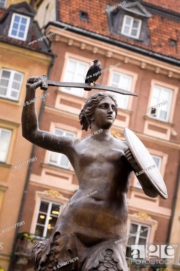 Imagen: The Warsaw Mermaid statue, bird sitting on the sword  Old Town Market Place, Warsaw Poland.