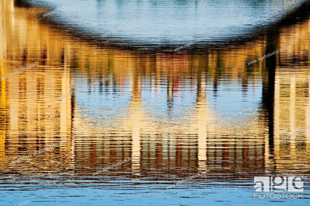 Imagen: Building Reflections on Water.