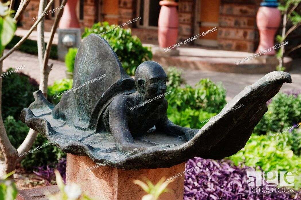 Imagen: Statue in a garden, Garden of Five Senses, Saidul Ajaib, New Delhi, India.