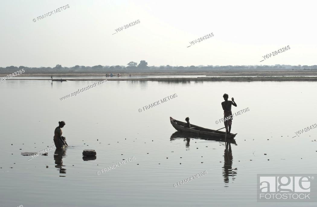 Imagen: Man and woman fishing in the Mahanadi river ( Chhattisgarh state, India).