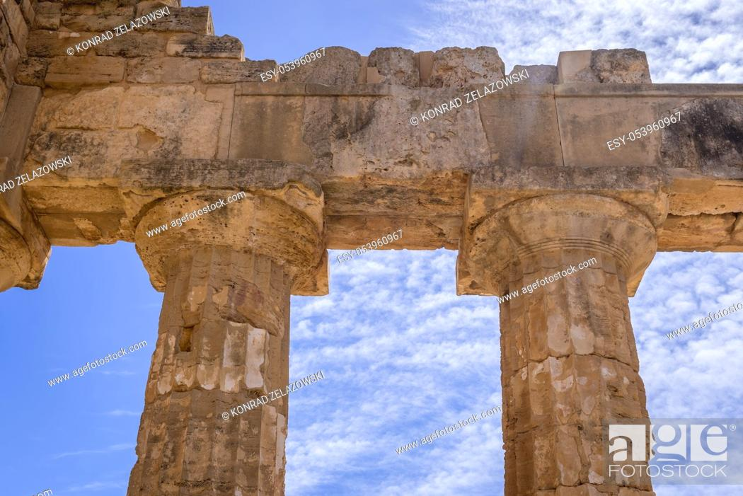 Imagen: Doric order Temple E also called Temple of Hera in Selinunte ancient Greek city on the south western coast of Sicily in Italy.