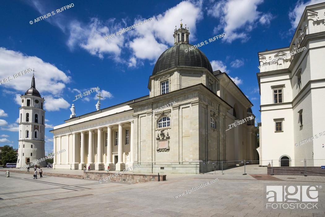 Imagen: Belfry, side view of Vilnius Cathedral, and section of Palace of the Grand Dukes of Lithuania (National Museum). Cathedral Square, Vilnius, Lithuania.