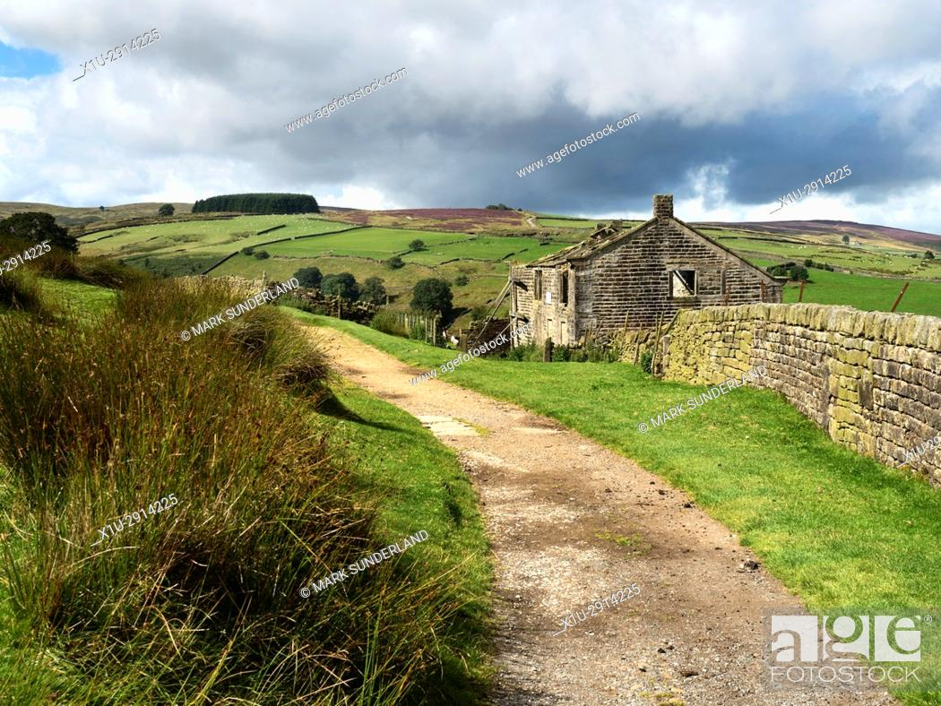 Imagen: Ruined Building on the Bronte Way near Haworth West Yorkshire England.