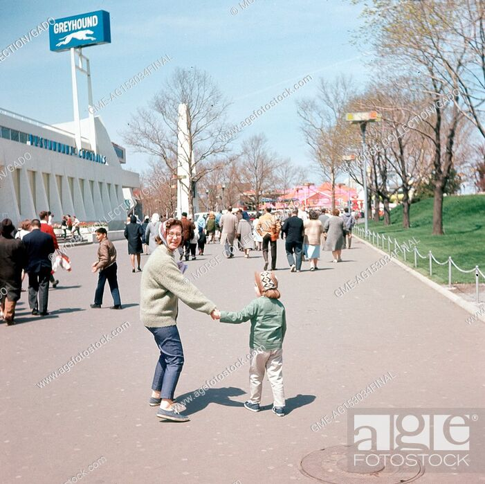 Imagen: View facing northwest of visitors walking the Avenue of Transportation, at the New York World's Fair in Flushing Meadows-Corona, Queens, New York, May, 1965.