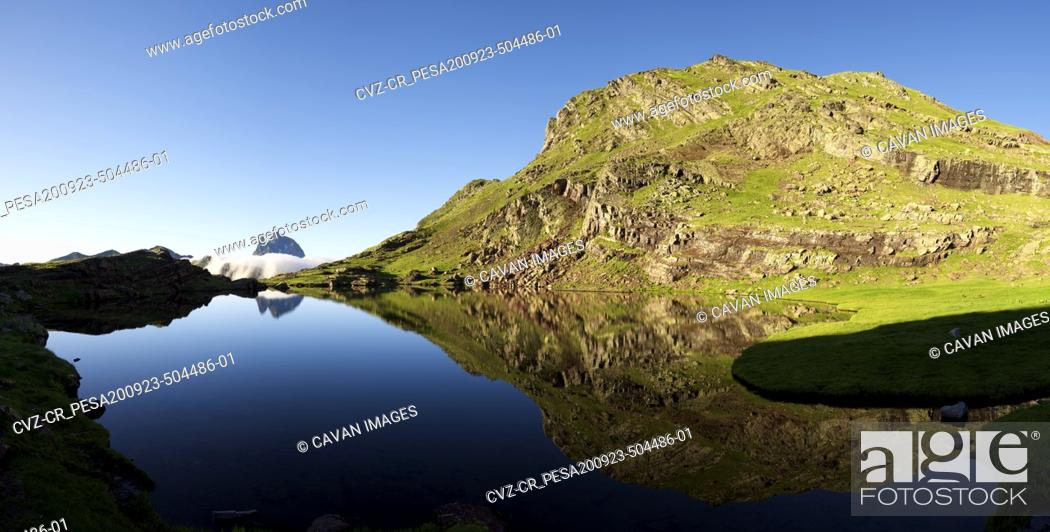 Photo de stock: Ossau Peak reflected in Anayet lake in Tena Valley, Huesca province in Aragon, Pyrenees in Spain.
