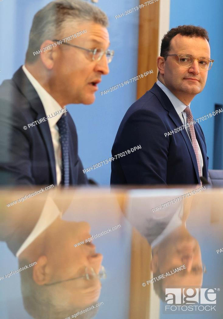 Imagen: 13 July 2020, Berlin: Lothar Wieler (l), President of the Robert Koch Institute (RKI), and Jens Spahn (CDU), Minister of Health, hold a joint press conference.
